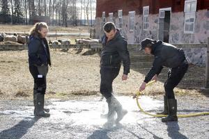Efteråt krävs en del sanering av lertunga stövlar. David Lund assisterar Casper Karlsson medan Thea Djupsjö väntar på sin tur.