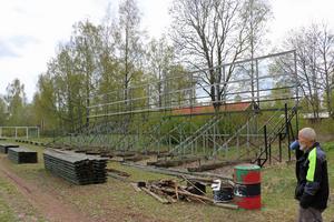 Nu ska också den större läktaren få nya plankor och målas om.