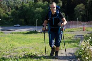 Anna-Karin Ivarsson tränar med ryggsäck och vandringsstavar. På vägen till Kilimanjaros topp ska hon kunna bära sitt eget vatten, snacks och förstärkningsplagg.