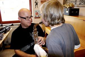 Krister Yngvesson har varit lärare på Kulturskolan under många år. Här är en bild från en instrumentdemonstration år 2010.