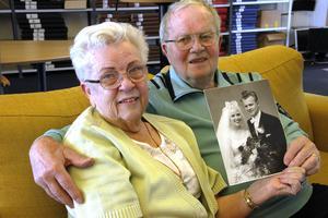 De träffades 1955, förlovade sig 1957 och den 16 maj 1959 sa Gunni och Ove Lindström ja till varandra.