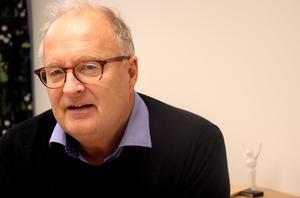 Ånges kommunalråd Sten-Ove Danielsson (S) förklarar varför kommunstyrelsen valt att satsa 900 000 kronor på två skoltjänster med fokus på det som händer utanför lektionssalarna.