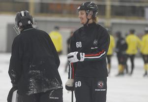 Filip Bergman missade inledningen av sin första säsong i ÖSK sedan han skurit sönder handen på ett trasigt glas. På lördagen hittade han rätt två gånger när ÖSK sopade banan med Tillberga.