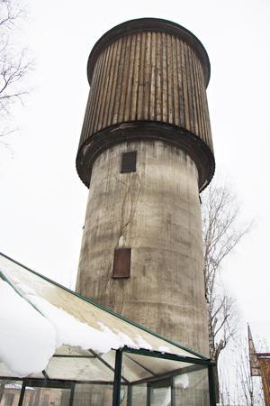 Det är inte alla hus som har ett eget vattentorn. Ursprungligen har det försörjt tågen med vatten, numera är det mest hemvist för duvor.