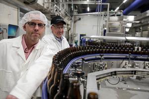 Jörgen Forsberg och Mattias Åhman är märkbart stolta när de guidar tidningen i lokalerna med nya tappningslinjen. När den går med full fart klarar den 50 000 engångsglasflaskor – i timmen.