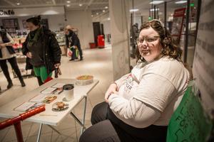 Lisa Wellhard är tacksam för att hon får sitta inne på Hemköp och informera om Aspergers, epilepsi och autism.