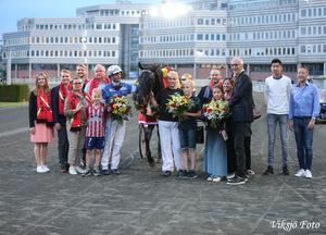 Bild: Kjelle Svensson I juni satte Attraversiamo svenskt rekord på Solvalla. Då fanns även Lindas barn Albin, som står närmast Linda, och Elis, som står bredvid kusken Erik Adielsson, med i vinnarcirkeln.
