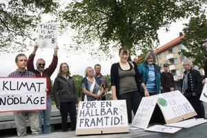 I Jansasparken i Sandviken samlades drygt tio Sandvikenbor och andra för manifestera för klimatet.