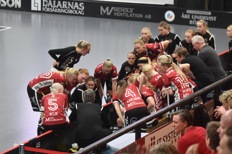 Ulf Hallstensson reder ut taktiken under en match i slutspelet.