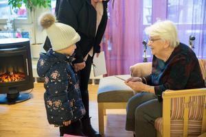 Anna-Lisa Tellemar får ett kort av Laura, som blir lite blyg vid mötet.