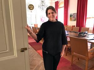 Ulrica Åsberg, länsjurist och valansvarig i Västernorrland, öppnar dörren till sessionssalen där rösterna ska räknas offentligt.
