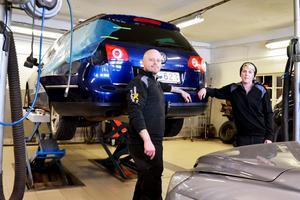 I verkstaden finns tre arbetsplatser och två fordonslyftar. Mattias och Emma fungerar båda som allt-i allo i XL Garage.