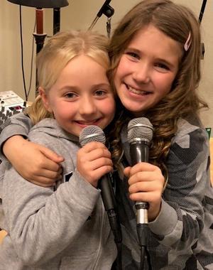 Juliette Glader och Kimberly Rydberg, båda coachade av Johan Jämtberg på Helges är aktuella som huvudrollsinnehavare i musikalen Annie på Intiman i Stockholm. Kimberly sjunger också på singeln