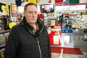 Jan-Erik Mattsson, Sund, Domsjö, var på besök i Bjästa och tittade in i Direkten-butiken i samband med att han hälsade på sin mor på Bjästagården.