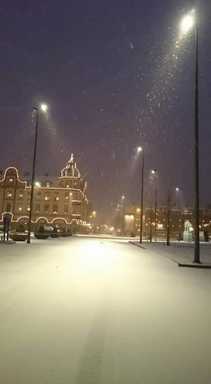 Snöyra längs gatan.