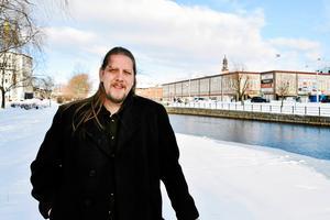 Patrik Liljeglöd (V)  och ledamot i kommunstyrelsen är kritisk till att samtliga partier, utom Kristdemokraterna, inte vill ge socialnämnden de extra pengar de begär för i år.