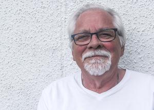 Bernt-Olov Andersson medverkar under Föreningen Arbetarskrivares kväll på Joe Hill-gården i Gamla Gefle.