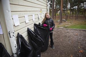 Olivia Weinstock i 3C lade skräpet i klassens sopsäck. En klass utsågs sedan som vinnare i tävlingen.