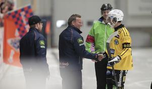 Ett handslag med förre tränaren och sportchefen i Broberg, Bollnäs tränare Svenne Olsson.
