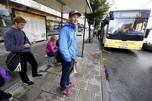 Olle Andersson är på väg till Högskolan i Gävle.  För att ta reda på när bussen går tittar han i mobilappen reseplaneraren.