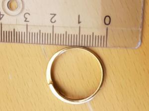 Personen som köpte denna ring har berättat att hen gav betalningen direkt till den misstänkta kvinnan. Bild ur polisens förundersökningsprotokoll.