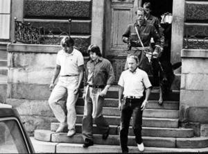 Leif Axmyr ledsagas ut från förhandlingen i rådhuset 1982.