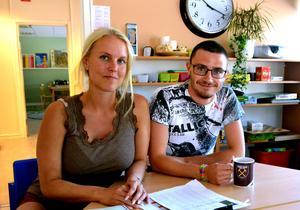 Fritidsläraren Hanna Jönsson och Johan Granskog jobbar på skolan och fritidshemmet i Torpshammar. De vittnar om en familjär stämning på skolan men tycker att det behövs fler speciallärare