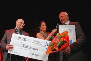 En mycket glad pristagare Kjell Jonsson från Exte, Färila, fick priset Årets entreprenör till minne av Ljusdalsföretagaren Lasse Svender. Hans son, Peter Svender och Agneta Sjödin gratulerar.