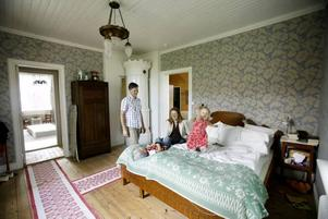 Hans-Erik Hansson och Elsa Röing med barnen Axel och Ellen i ett av rummen som renoverats sedan köpet 2003.