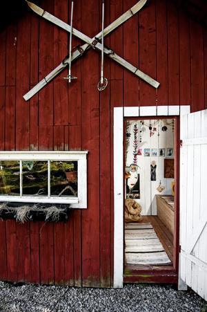 I gamla utedasset har paret tagit ut svängarna inredningsmässigt. Utanför hänger ett par vackra gamla skidor och stavar – helt följdriktigt eftersom Kajsa och Gizmo älskar vinter och skidåkning.