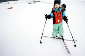 5-åriga Ebba Hörnfeldt var lite trött i benen efter att ha kämpat sig runt på skidorna. Men stolt bär hon medaljen runt halsen.   Foto: Henrik Flygare