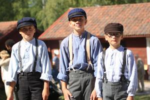 Charlie Wängmark, Erik Arnesson och Evian Henriksson sålde karameller under Volasdan i Edsbyn.
