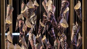 Dekorationer på utställningen i form av popcorn-koner.