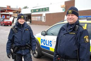 Uniformerade poliser – som här Marie Edlund och Erik Gatu – är ingen vanlig syn i Björbo.