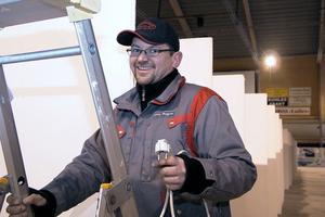 Elektrikern Tommy Berggren ska förse de 200 montrarna med varsitt eluttag. Han beräknar vara klar på torsdag.