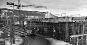 Januari 1971, bygget har kommit halvvägs. Ett 60-tal man arbetar på bron. Foto: ÖP:s arkiv