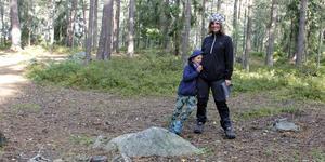 Eileen Larsson och sonen Artur saknar vindskyddet som tidigare fanns i det fina skogsområdet nära förskolan.