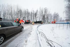 Korsningen där olyckan inträffade på torsdagsmorgonen, från Skinnskattebergshållet.