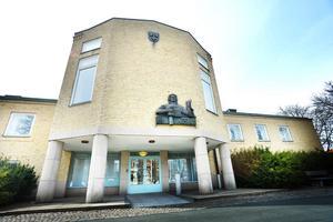 Två personer åtalas i Eksjö Tingsrätt för en rad olika brott.