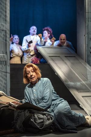 Många har synpunkter på Alfhild Agrells (Anita Nyman) dramatik, i stort och smått. Bild; Lia Jacobi