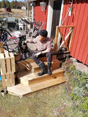 Foto: Anders Hedlund.Carl Hedlund har haft sällskap av hunden Chanel. Bilden är från deras sista dag på ön då de packade ihop det sista.