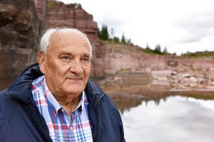 Rolf Eriksson visar upp företaget Wasasten där de både bryter i det här berget och förädlar sten.