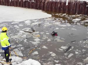 Jim Hansson dyker vid Kattvikskajens renovering i Hudiksvall, efter att man hittat  delar av en båt vid grävning.