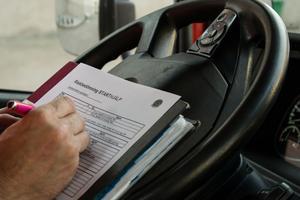 Pärmen har 35 kapitel med checklistor för olika arbeten. Bärgarna gör riskbedömningen före varje jobb. Assistancekåren Falun och Borlänge gör numera mer än 6 000 riskbedömningar varje år.