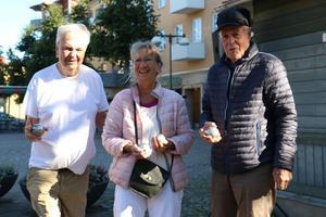 Lennarth Helgesson, vice ordförande på kultur- och fritidsnämnden, höll i spelet på boulebanan. Här tillsammans med besökarna Britt och Jonny Persson.
