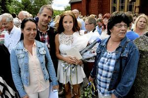 Uppvaktad. Cornelia Lagerlöf går ut 9:an. Här står hon med mamma Malin, pappa Jonas och mormor Barbro.