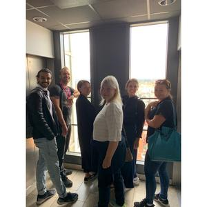 Anki Larsson besöker Skrapan tillsammans med Othman Othman, Slaven Španović, Tova Sundén, Hannah Canvert, Cicilia Sedvall. Foto: Västmanlands Teater