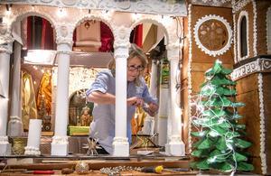 Margareta Persson jobbar med att ljussätta slottet.