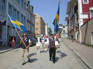 Festtåget från kyrkan med fanbärarna Bertil Ölund och Per Åke Eklöf.