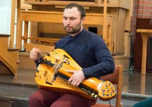 Johannes Geworkian Hellman spelar vevlira – ett medeltida instrument som fått en renässans via folkmusiken.